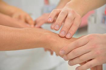 Жировик на руке - причины появления, лечение народными средствами и удаление